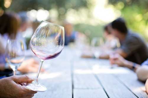 Newswise: For White Middle Class, Moderate Drinking Is Linked to Cognitive Health in Old Age